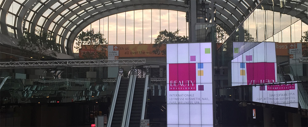 Blick in das Foyer der Messe Beauty in Düsseldorf