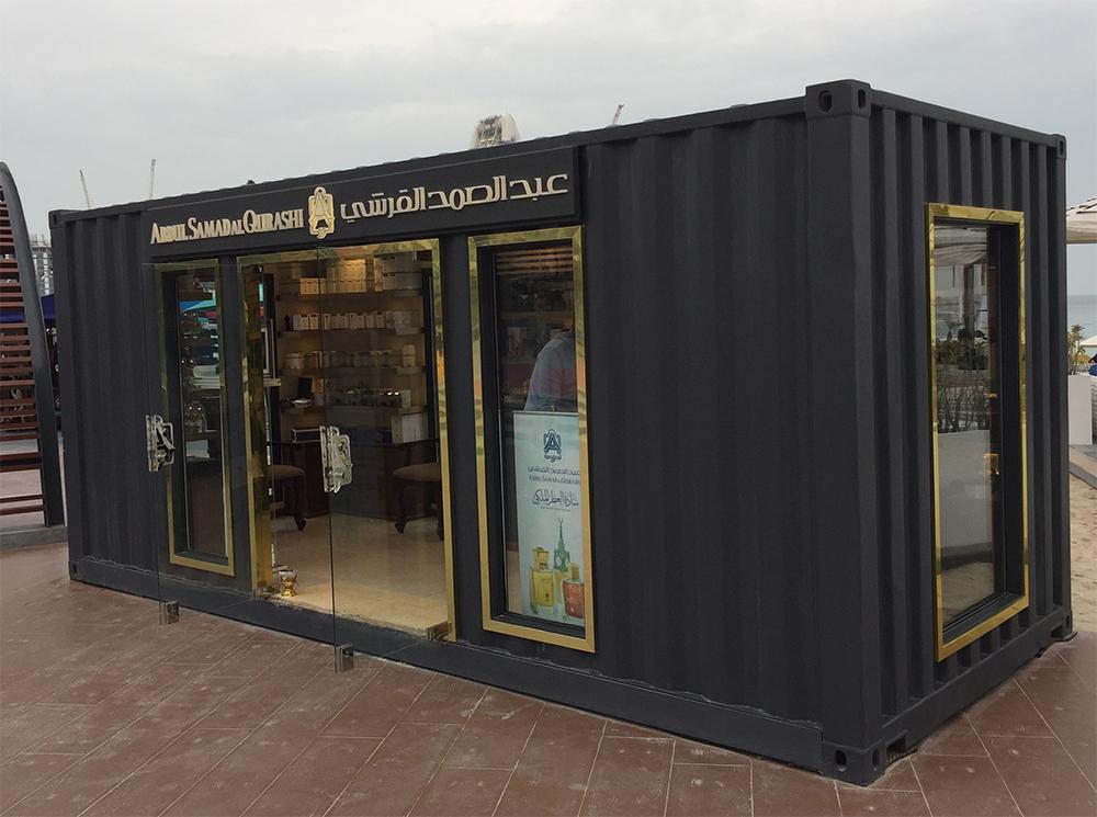 Seecontainer dunkle Farben mit goldenen Fenstern