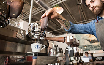 proffesioneller Barista macht Kaffee am Messestand