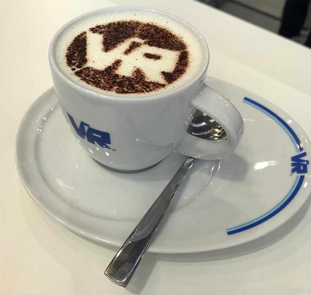 Cappuccino mit Firmen Logo im Schaum von einem Barista für Messestände