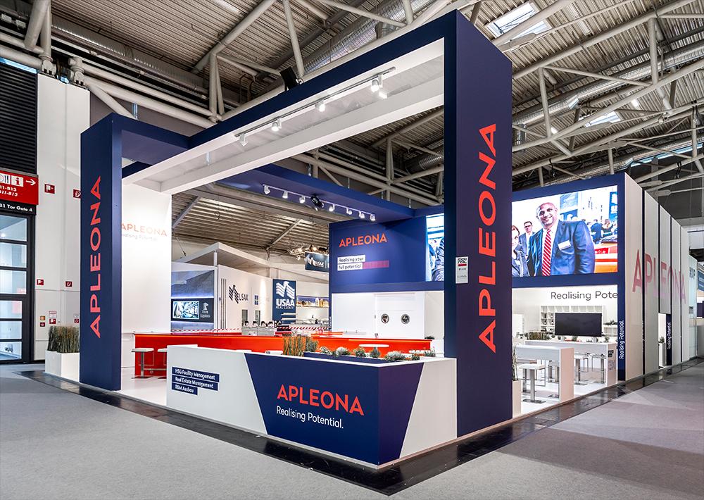 Messestand von APLEONA auf der Expo Real 2018 in München mit ausergewöhnlicher Architektur und Spannweite