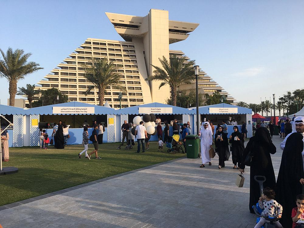 Besucher eines Messestandes auf der Expo Doha Katar