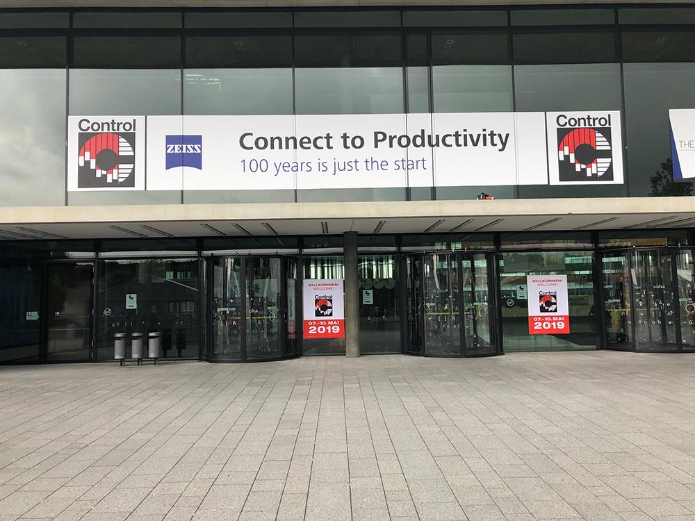 Messe Stuttgart Control Haupteingang 2019 - schöne Messestände
