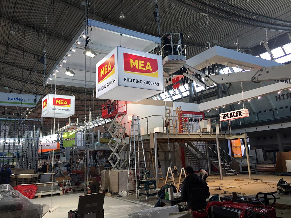 Messebauer beim Aufbau der Logimat in Stuttgart 2017