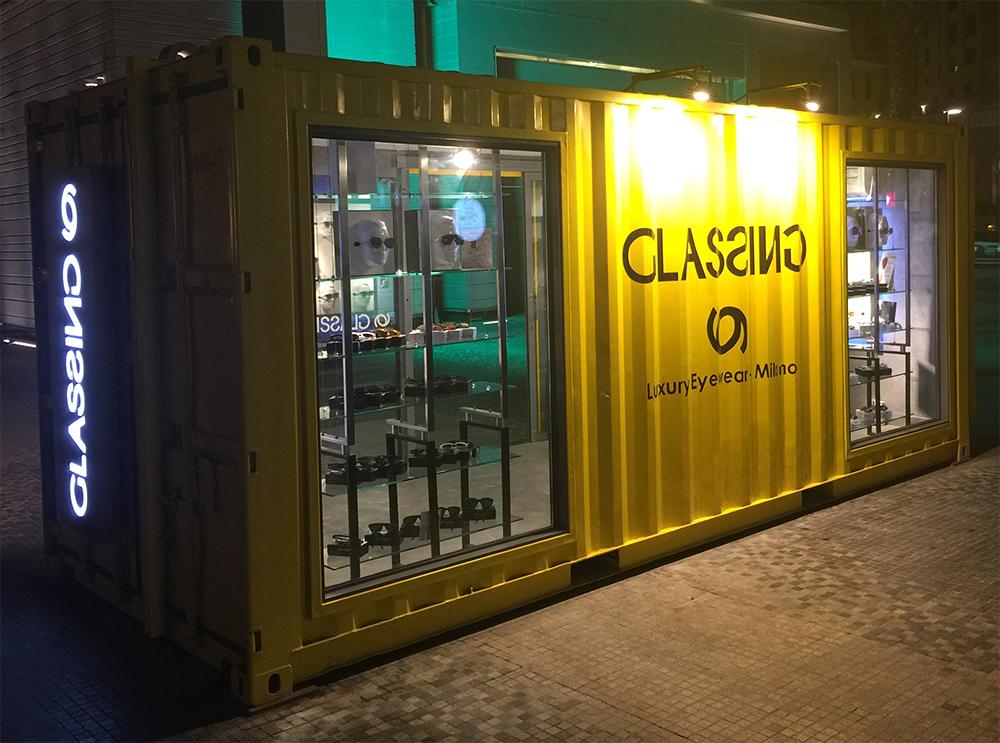 Umgebauter Hochsee Container beleuchtet bei Nacht