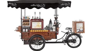 barista attraktion eines alten fahrrades mit Kaffeemaschine