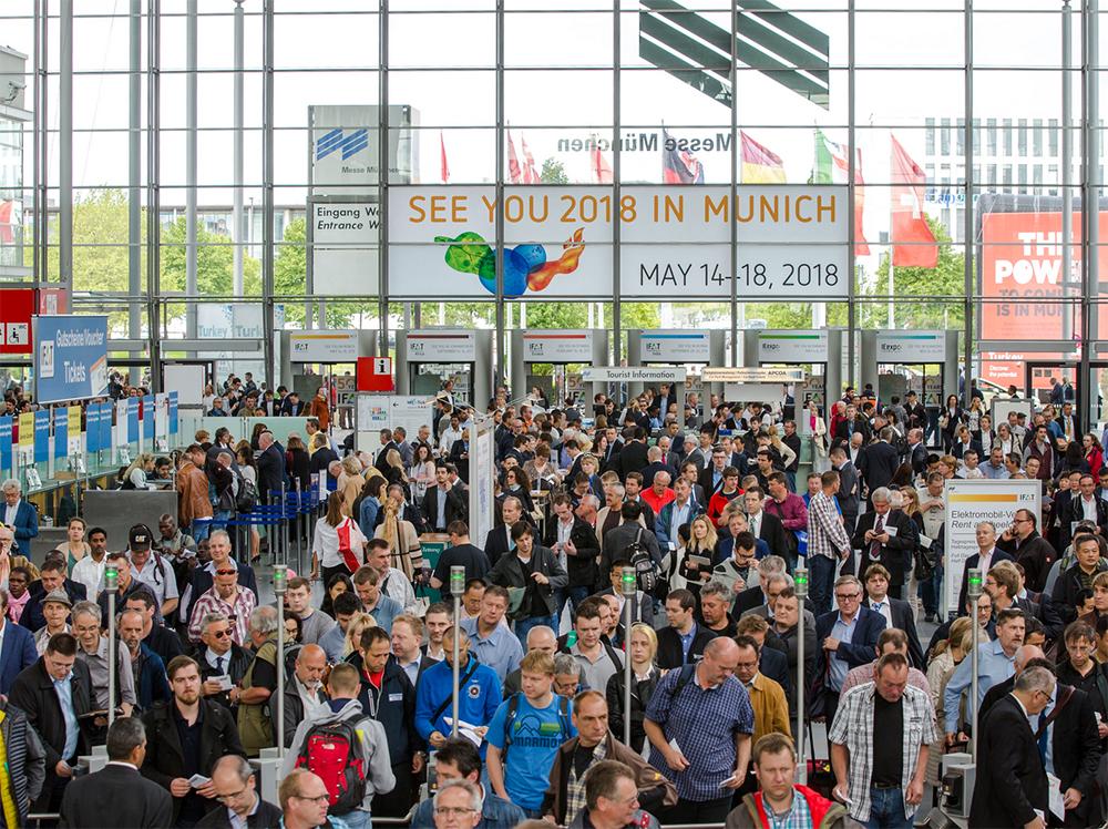 Haupteingang Messe München zur IFAT Messe mit sehr vielen Besuchern