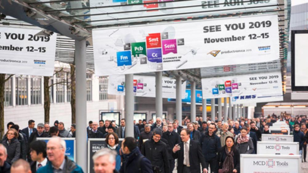 Besucher der Messe productronica in München